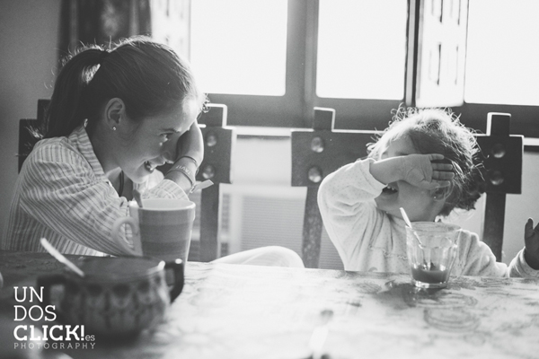 Sesión de Fotografía de Niños en Exteriores - Casilda y Mencía desayunando